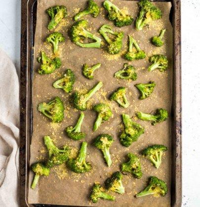 """""""Cheesy"""" Roasted Broccoli"""